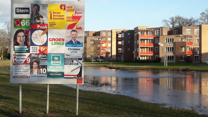 De posters op het verkiezingsbord aan de Haaksbergerstraat ter hoogte van Ruwenbos werd ook beklad.