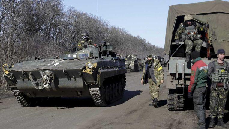 Militairen verlaten het gebied. Het Oekraiense leger heeft woensdag de plaats Debaltseve moeten opgeven.