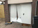 De vrouw reed eerst achteruit haar eigen garagedeur aan diggelen