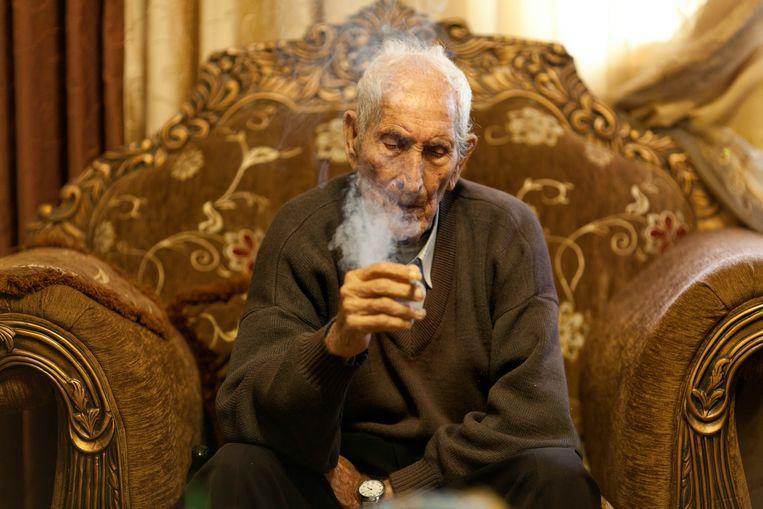 Said Rasjed Samhan (95) is de oudste man van het dorp. Zijn neef heeft tien jaar vastgezeten vanwege stenen gooien. Beeld Geert van Kesteren
