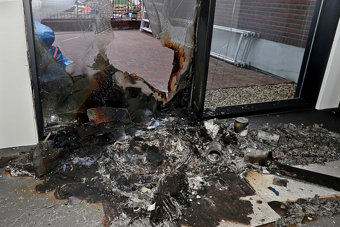 Almen - Brandstichting in museum Staal ,gezien vanaf de binnenkantOpening op 2 december gaat niet doorEditie Lochem Foto Jan Houwers JH20171201
