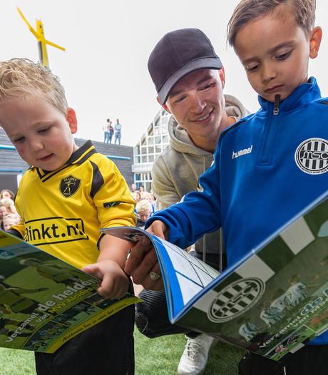 Ajacied Daley Sinkgraven voor voetbalplaatjes terug in Meppel