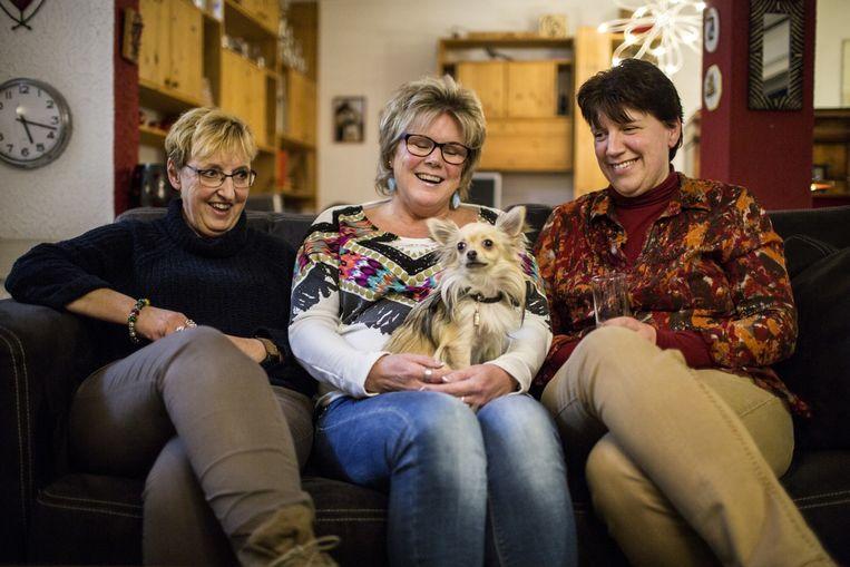 Thuiszorgmedewerkers Annet van de Laar, Marita Swan en Petra Olyerhoek. Beeld Julius Schrank / de Volkskrant