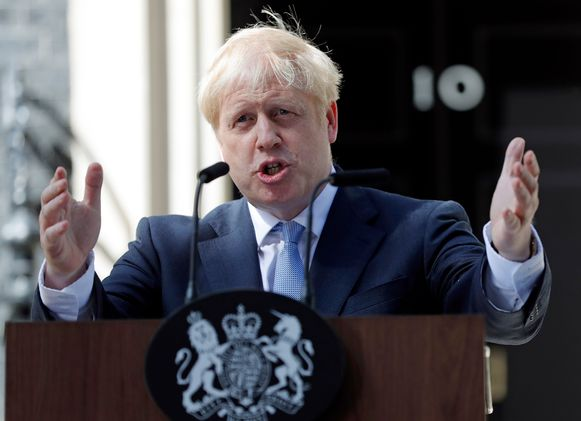 Boris Johnson spreekt bij zijn ambtswoning in Londen.