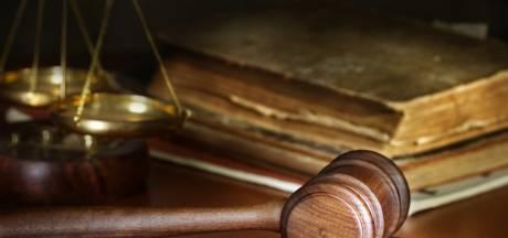 Psychiatrisch patiënt schopt Veghelse agent in pyjama tegen de hals, OM eist celstraf