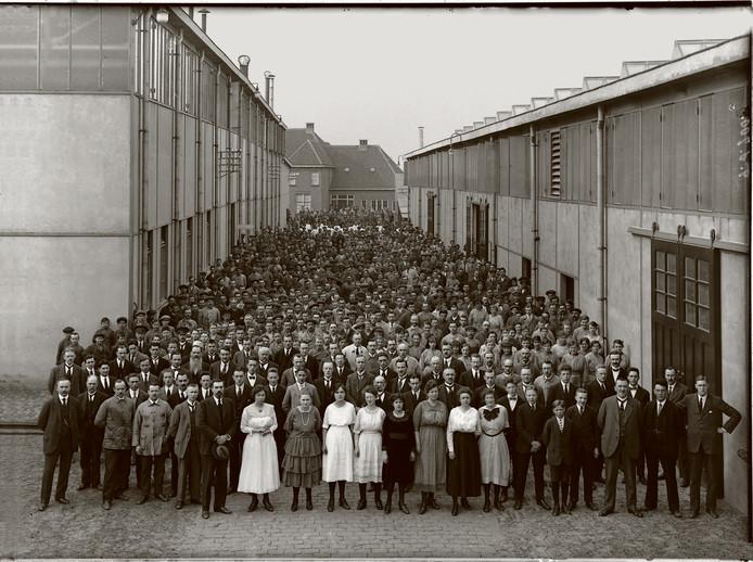 28 februari 1899 - De beroemde Dordtse firma Lips bestond al sinds 1870, maar had zich in die eerste decennia gericht op kachels, haarden en fornuizen. Door de nieuwe treinverbinding tussen Rotterdam en Breda werd Dordrecht minder een eiland, was er meer geldverkeer en ook meer behoefte aan brandkasten. Daar speelde Lips op in. Vanaf 28 februari 1899 werden enkel nog brandkasten en sloten geproduceerd. In 2007 vertrok Lips uit Dordrecht. Op de foto een groepsportret van al het personeel tussen twee loodsen aan de Merwedestraat.