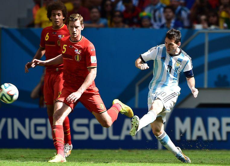 Jan Vertonghen (links) en Lionel Messi tijdens de kwartfinale België-Argentinië Beeld afp