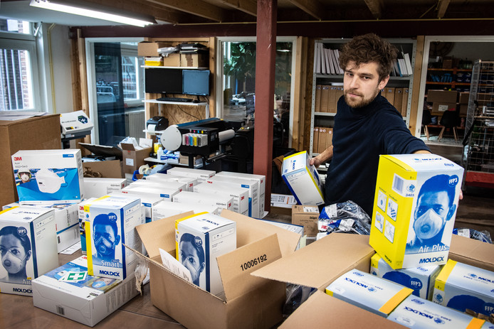 Directeur Arjan Stap in zijn magazijn van ESV Shop in Nijmegen.