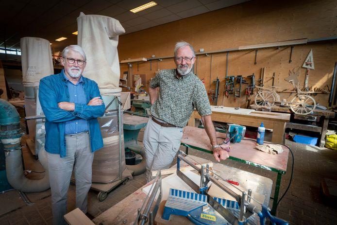 De bestuursleden Fons Rengers (links) en Johan Meurs van de Stichting Werkplaats Rheden in hun werkplaats.