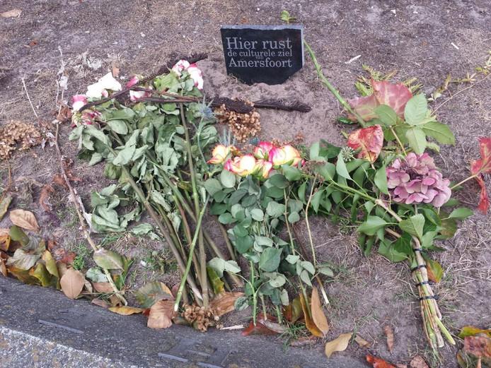 Kunstenaars lagen bloemen neer bij het graf.