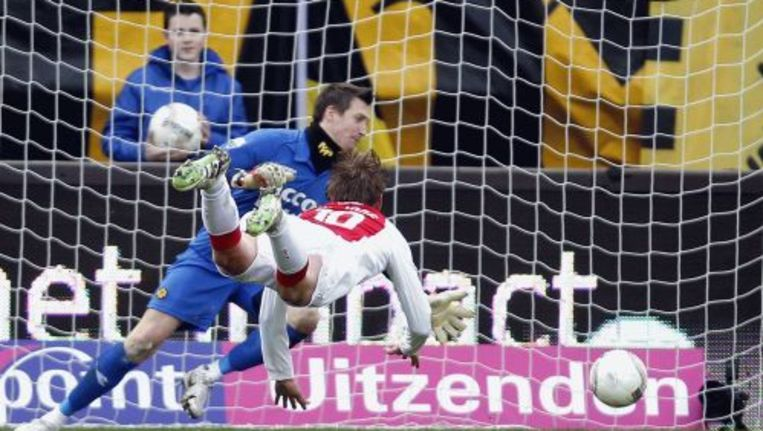 Siem de Jong (M) van Ajax kopt en het is 0-2. Beeld