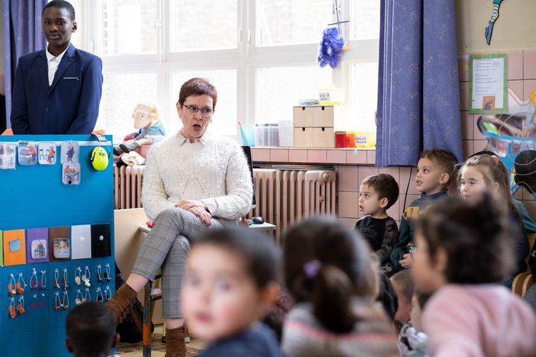 Directrice Magda Diddens in een klasje van Basisschool Sancta Maria.