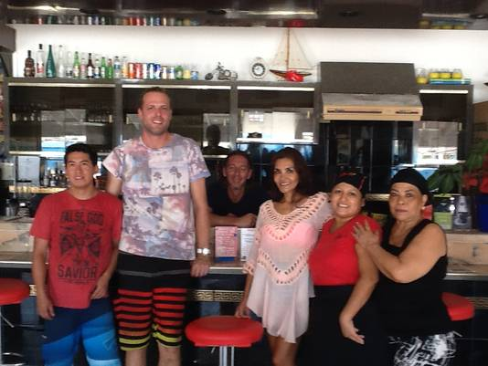 Bert van Driel met vriendin en personeel in betere tijden in zijn restaurant.