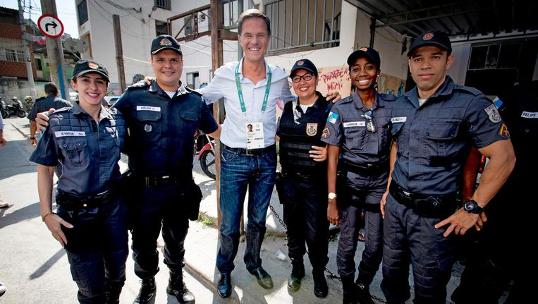 Mark Rutte met agenten in Rio. Beeld anp