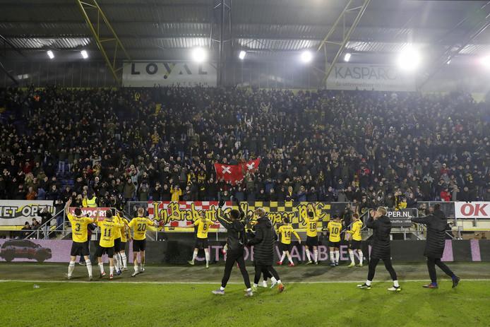De spelers vieren na afloop een feestje met de supporters, die zich negentig minuten lang van hun beste kant lieten zien.