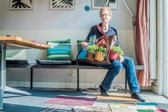 Kinderboekenschrijfster Annejan Mieras met haar boek Portiek Zeezicht  Frans Oremus schrijft het verhaal