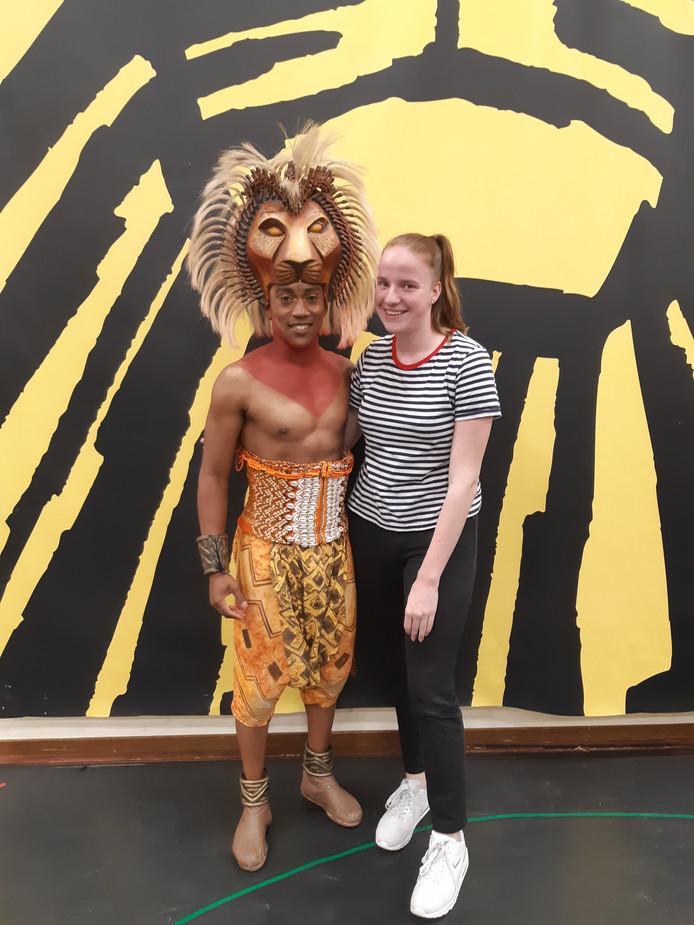 Quinty backstage met Nigel Brown die de rol van Simba in The Lion King speelt.