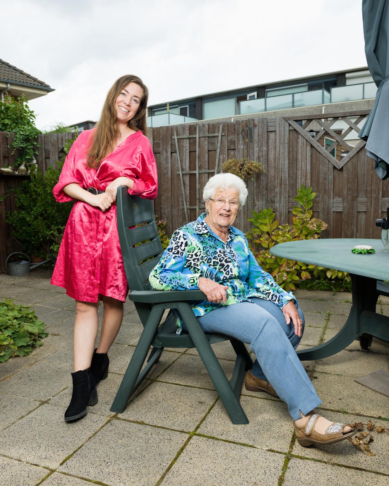 Miep (84) is vlogger en maakt met haar kleindochter Denise van der Kolk filmpjes voor Youtube.