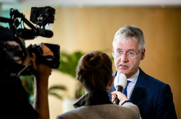 Minister Slob van Onderwijs staat in juni 2019 de pers te woord over het Cornelius Haga Lyceum in Amsterdam. Beeld ANP