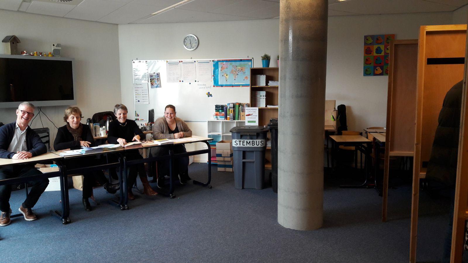 Het kleinste stembureau van Goirle, dat bij basisschool De Bron.