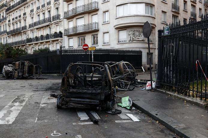 Een nog onbekend aantal auto's in de Franse hoofdstad werd toegetakeld tijdens de protesten van de 'Gele Hesjes'.