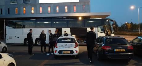Lange mannen uit Apeldoorn in een bus naar kampioenenbal in Polen