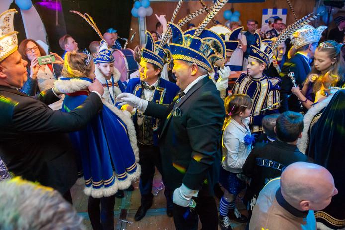 Zaltbommel. Bij aanvang van het Prinsenbal bij carnavalsvereniging de Wallepikkers in Mispelgat (Zaltbommel) wordt de jeugdprinses aangekleed.