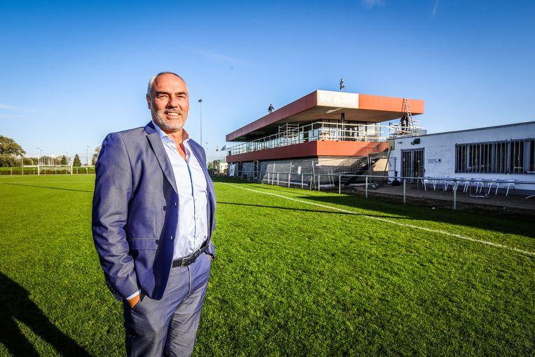 Voorzitter Chris Bourgois bij het nieuwe voetbalcomplex van KSV Jabbeke.