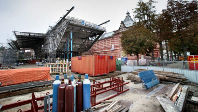 Er wordt nog druk gewerkt aan de entree. De gemeente hoopt dat het nieuwe Stedelijk volgend jaar open kan - maar in welke maand? Foto Jean-Pierre Jans Beeld