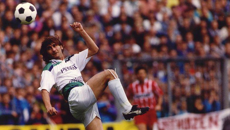 Een fraaie actie van Milko Djurovski tijdens een ontmoeting in de eredivisie tussen Groningen en PSV in 1991. Beeld anp