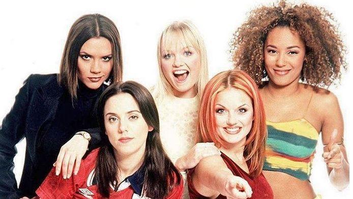 De Spice Girls, zo'n 20 jaar geleden. Victoria aka Posh Spice (linksboven) en Mel C aka Sporty Spice (linksonder) doen niet mee aan de reünie.