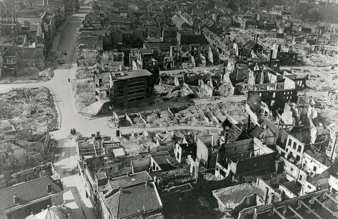 De verwoeste binnenstad van Nijmegen na het bombardement van 1944. Midden op de foto de plek waar nu Plein 1944 ligt.