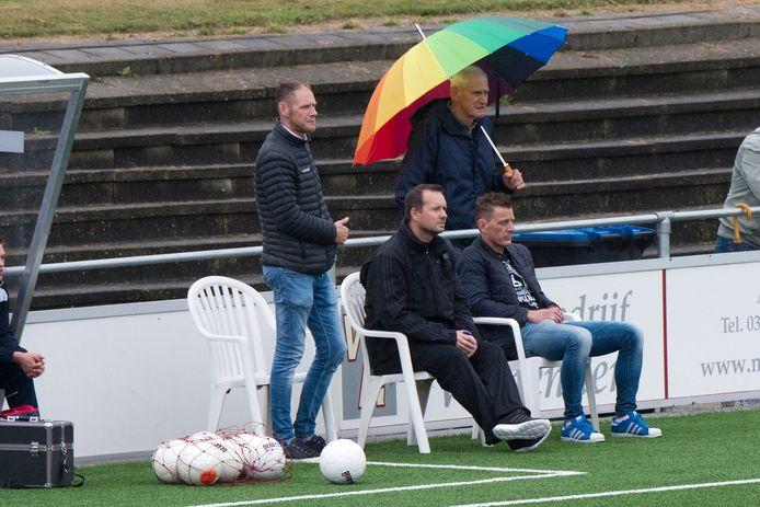 Nu zit John Kamphuis nog op de trainersstoel bij NSC Nijkerk (links), volgend seizoen neemt Mark Bakker die plek over.