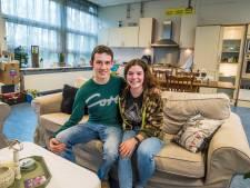 Studenten wonen voor een prikkie in een klaslokaal in Delden: '110 meter voor nog geen 300 euro'