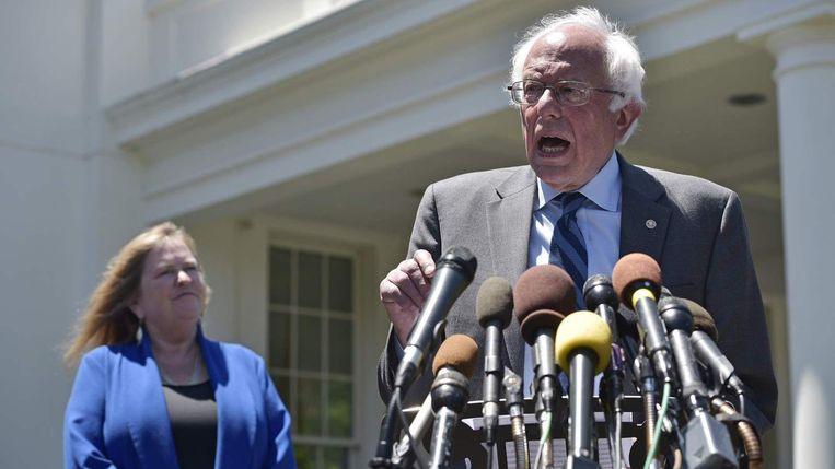 Bernie Sanders tijdens zijn persconferentie bij het Witte Huis. Beeld null