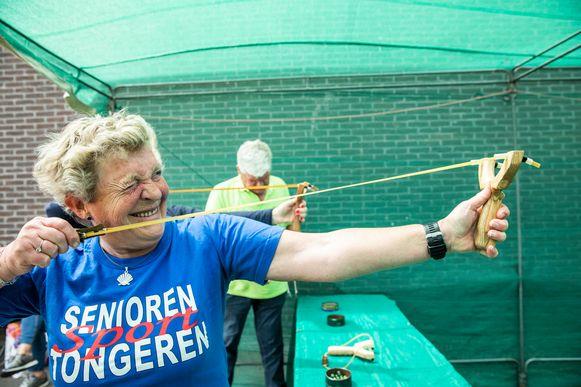 Schieten met een katapult is in trek op de sportdag voor senioren uit Haspengouw.