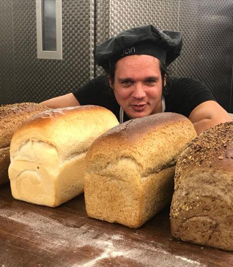 Jan Nagelkerke leert bewoners Utopia zelf brood bakken