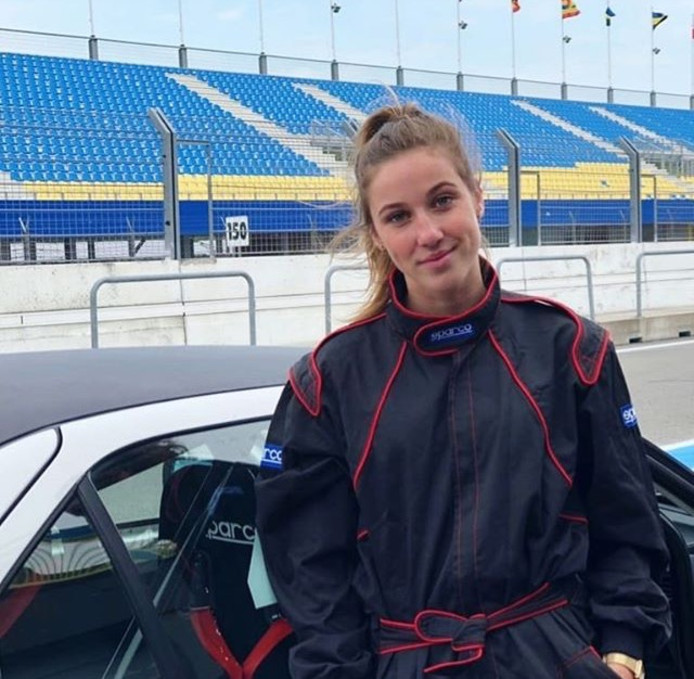 Snelheidsduivel Suzanne Schulting (20) op het circuit van Assen.