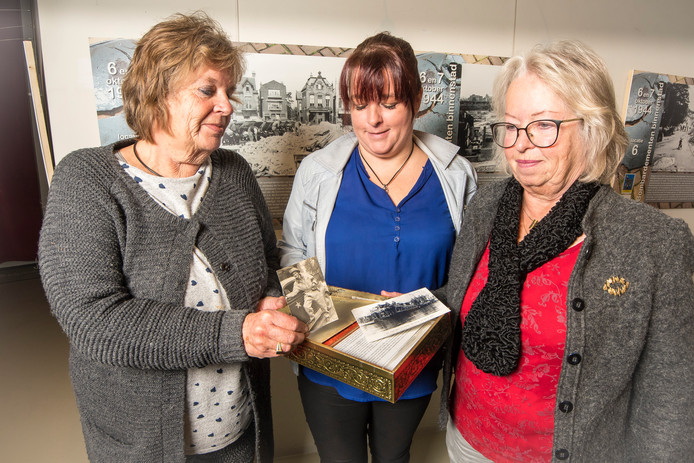 Dochters en kleindochter van Jan koning die as uit een concentratriekamp liet inmetselen in oorlogsmonument vlnr Cisca Donga Kim Verheugen en Nicolette Verheugen