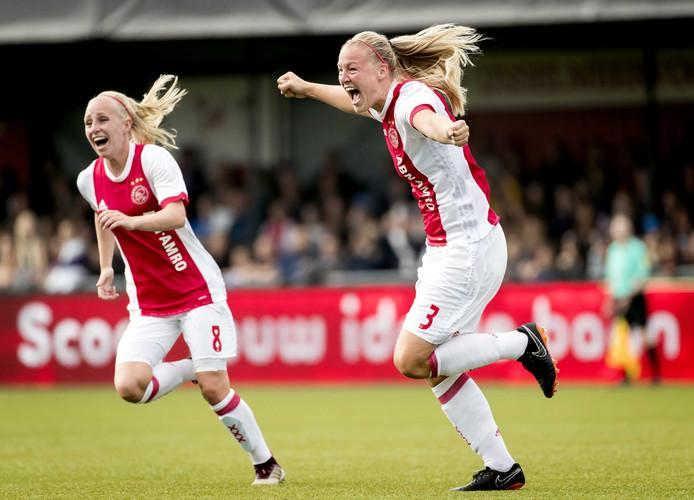 Stefanie van der Gragt (r) viert haar 1-0 tegen PSV in de KNVB-bekerfinale van afgelopen weekend.
