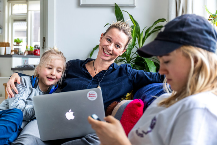Auteur Elsbeth Teeling met haar kinderen Teun (links) en Keet (rechts).