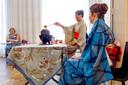 In en bij het witte Kasteel is zondag een grote kunstroute en expositie. In het witte kasteel is een japanse theeceremonie. Germa van Gorp verzocht de ceremonie onder toeziend oog van assistente Kirsten Kerkhof (rechts).