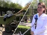 Van kantoor naar begraafplaats: ambtenaren helpen met onkruid wieden