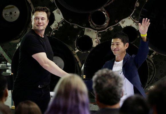Elon Musk en de Japanse miljardair Yusaku Maezawa bij de voorstelling van #dearmoon.