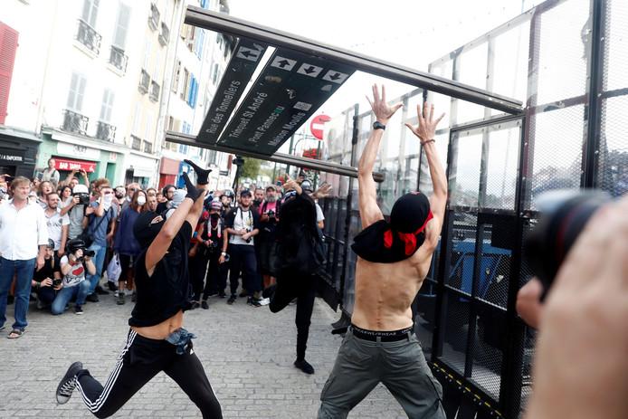 Demonstranten tegen de G7-top vallen de politie aan in de Franse stad Bayonne.