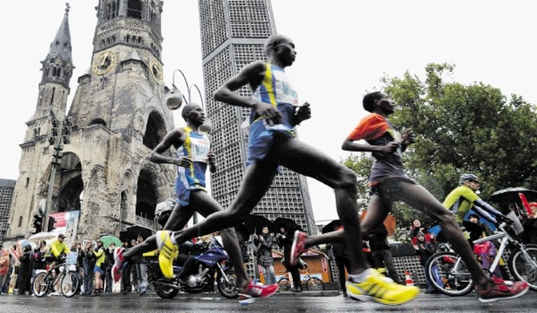 Atleten passeren tijdens de marathon van Berlijn de Gedÿchtniskirche. De wedstrijd bij de mannen werd gewonnen door de Keniaan Patrick Makau in 2.05.08. Bij de vrouwen zegevierde Aberu Kebede uit Ethiopië. (FOTO EPA ) Beeld EPA