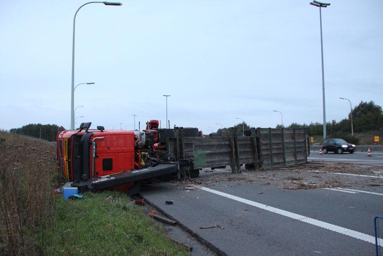 De lading boomstammen kwam volledig op de snelweg terecht.