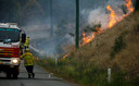 Brandweermannen gaan het vuur te lijf in Koorainghat, New South Wales.