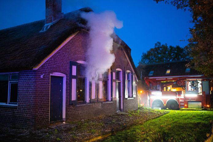 De slaapkamer is volledig uitgebrand. De rest van de woning stond ook vol met rook