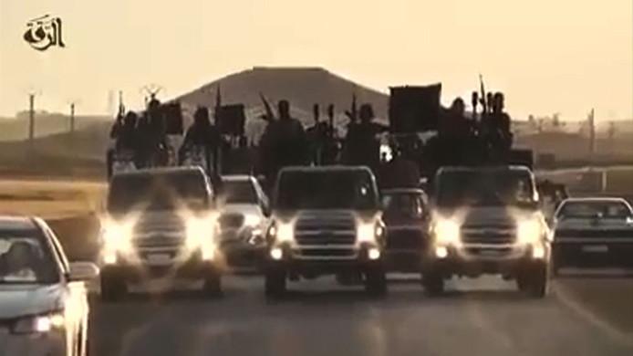 IS paradeert in Raqqa, eens de hoofdstad van het kotrstondige kalifaat. (archieffoto).